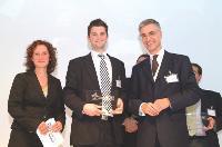 Karl-Heinz Kral, le p-dg d'Alphabet International (à droite), a récompensé les meilleures initiatives de ses clients en matière de développement durable. Ici Paul Darbyshire, de la société Akzo Nobel (au centre).