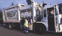 L'utilisation de camion à chargement latéral permet d'optimiser le coût de la collecte. Mais la sensibilisation des habitants au tri des déchets reste primordiale.