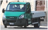 Plateau-ridelle fixe ou benne basculante, les bennes reposent le plus souvent sur des châssis-cabines robustes.