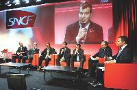 Pierre Pelouzet (à droite) a présenté les cinq axes d'achats qui vont permettre à la SNCF de faire évoluer l'organisation de service dans les cinq prochaines années.