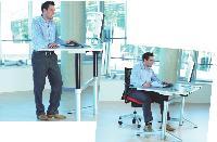 Le bureau assis-debout s'adapte à la morphologie des collaborateurs et leur offre deux positions de travail.