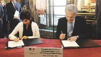La ministre de la Justice, Rachida Dati, signe le contrat de partenariat avec Yves Gabriel, p-dg de Bouygues Construction.