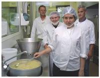 Les Pierres Fauves, Esat situé dans les Bouches-du-Rhône, propose divers emplois aux personnes handicapées, tels que la préparation de repas en partenariat avec un groupe de restauration collective.