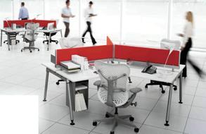 Une pression des deux mains suffit pour emboîter le plateau et les quatre pieds de ce bureau livré en kit.