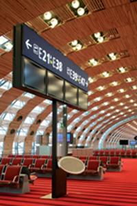 Depuis mars dernier, Le Terminal 2 E de l'aéroport de Roissy-Charles de Gaulle bénéficie d'une nouvelle signalétique pour faciliter l'orientation des passagers.