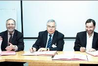 Alain Borowski (à gauche), président de l'Ugap, signe la convention en compagnie de Philippe Domy (au centre), président du GCS UniHA, et de Pascal Mariotti, délégué général du GCS UniHA.