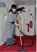 7h - 8h30 Fatma Malou passe l'aspirateur et vide les poubelles dans les locaux du 5e étage de L'Oréal.