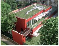 La toiture végétalisée extensive (TVE) consiste à recouvrir le toit des bâtiments de différentes sortes de végétaux. Ici, la toiture d'une crèche parisienne.
