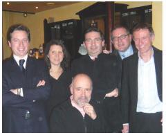 De gauche à droite: Cyril Vautier (SFR), Béatrice Barlet (Cegelec), Edouard de Feligonde (Salto Groupe), Olivier Wajnsztok (AgileBuyer), Gordon Crichton (MAI) entourent Jean-Marc André, le désormais ancien président de lAssociation des anciens du MAI de Bordeaux.
