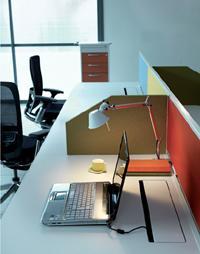 Le «bench» est un plan de travail partagé inspiré des tables d'étudiants. La faible hauteur des cloisons permet aux salariés de communiquer, tout en bénéficiant d'un espace personnel. Ci-dessus, le modèle Epure de Haworth.