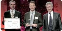Philippe Chêne et Jean-Dominique Gouineau (Thales Communications) ont reçu le trophée d'or dans la catégorie Gestion de la relation fournisseur de la part de Thierry de Cassan, fondateur de Synertrade.