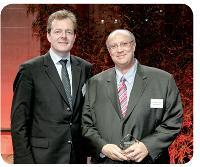 Ayrald Berthod, directeur général de Cristal Décisions, a remis son prix à Wafik Azmi-Salib, directeur des achats et de la logistique du Club Méditerranée.