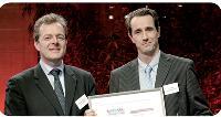 Ayrald Berthod (à gauche), directeur général de Cristal Décisions, remet son prix à Antoine Doussaint, directeur achats du groupe La Poste.