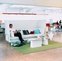 Les designers Ronan & Erwan Bouroullec ont imaginé pour Vitra ce canapé au dossier rehaussé, qui permet à un ou plusieurs salariés de s'isoler pour terminer un travail ou converser en toute confidentialité.