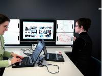 Pour les réunions improvisées, Steelcase a conçu cette «Instant Meeting Table». Grâce à sa connectique et sa technologie embarquée, celle-ci permet aux collaborateurs de visualiser leurs travaux respectifs sur grand écran. Les planches de notes qui encadrent l'écran sont amovibles et peuvent être photocopiées.