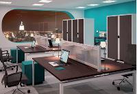 En fonction de l'espace disponible, les bureaux Bench du fabricant français Arféo peuvent être séparés ou rapprochés en un seul et même plan de travail. Les pieds sont mobiles et adaptables en hauteur.