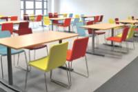 Le nouveau mobilier dans les restaurants d'entreprise allie simplicité et esthétique.