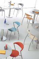 Design moderne, teintes vives: les zones de restauration passent à la couleur.