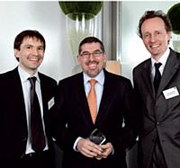 Jean-Luc Baras, Décideur Achats de l'année, entouré par Pierre Ravenel (à gauche), directeur général de Factea Durable, et Matthieu Pettex, directeur général de Factea Sourcing.