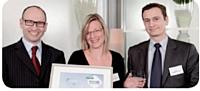 Christophe Thomas, président de Pénélope, a remis le Trophée d'or, dans la catégorie Professionnalisation de la fonction achats, à Shirley Ligneul et Jean-Michel Gras du groupe TF1.