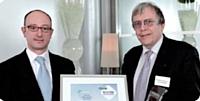 Arnaud Treille, directeur des ventes entreprises et véhicules d'occasion de Fiat Group, a remis son prix à Gérard Brunaud du Service des achats de l'Etat.