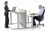 Réglables en hauteur, les bureaux Kinnarps s'adaptent à la morphologie de tous les collaborateurs, qu'ils soient valides ou non.