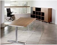 Les bureaux de France Bureau sont conçus sans structures sous plateau et sans équerre au sol, afin de les rendre parfaitement accessibles à une personne dans un fauteuil roulant.