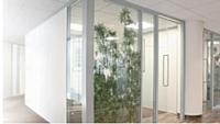 Surfant sur la tendance du design végétal, Jardins de Gally propose des cloisons renfermant des plantes artificielles pour amener une sensation de bien-être et de nature au collaborateur.