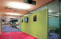 Dans les grands espaces de travail, les cloisons ne servent pas uniquement d'isolation phonique. Par exemple, chez le fabricant Faram, certains modèles arborent la signalétique de l'entreprise ou intègrent un écran vidéo.