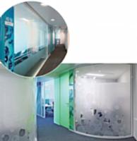 Le fabricant Clips propose la gamme de cloisons vitrées baptisée Osmose. Ces dernières permettent de séparer les espaces de travail tout en laissant filtrer la lumière naturelle dans les couloirs, comme ici au sein du nouveau siège social de Capgemini Telecom, à Suresnes (Hauts-de-Seine).