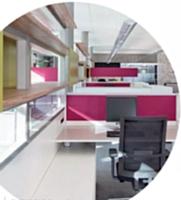 Comme pour la gamme RM du fabricant Bene, les cloisons peuvent être munies d'étagères pour répondre aux besoins des collaborateurs en matière de rangement, tout en séparant les espaces de travail.