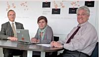 Les directions achats et RSE d'Orange collaborent en bonne intelligence. De gauche à droite : Pierre Pelloux, chargé du département performance fournisseurs, Mireille Helou, directrice de la transformation achats, et Yves Nissim, directeur de la transformation et des opérations à la direction RSE.