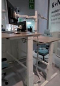 D'une simple pression sur un bouton, l'utilisateur choisit de faire monter ou descendre le plan de travail de son bureau assis-debout. Ici, le dernier modèle signé König-Neurath.