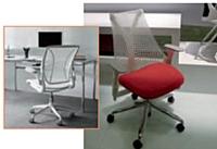 A l'image du modèle Sayl d'Herman Miller (à droite) ou du Diff rient World de Humanscale (à gauche), les sièges de bureaux s'allègent et sont plus faciles à déplacer grâce à leurs dossiers en résille.