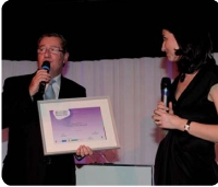 Alain Page-Lécuyer reçoit le trophée des mains de Stéfanie Moge-Masson (Décision Achats).