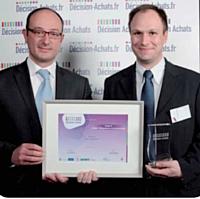 Pierre-Alexandre Goulmot, directeur achats NRJ Group a reçu le Trophée d'Or de la catégorie des mains d'Arnaud Treille (Fiat France, à gauche)