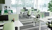 Si La gamme série(f) bench (Kinnarps) est composée de bureaux réglables en hauteur.