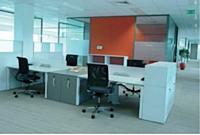 L'identité visuelle d'une entité s'affirme jusque dans les couleurs du mobilier, en accord avec la charte graphique de l'entreprise.