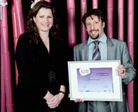 Quentin Dor a reçu des mains d'Isabelle Lauzon, DG des achats d'Accor, Décideur Achats 2011, le prix Coup de coeur du jury.