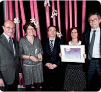 Vincent Delarue (à gauche), Navigator by Portucel Soporcel, a remis le Trophée d'Or de cette catégorie à BPCE Achats.