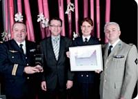 Trophée d'Or remis par Christophe Garcia, National Citer (photo du médaillon), au ministère de la Défense.