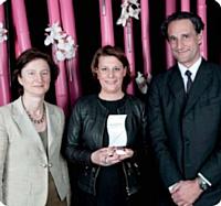 Edith Letournel et Ingrid Nevicato, de la ville d'Issy-les-Moulineaux, ont reçu le Trophée de la meilleure négo. Prix remis par Hervé Lenglart, p-dg du groupe Editialis.