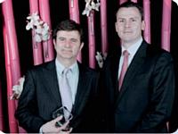 Olivier Debargue, France Télévisions, reçoit des mains de Franck Le Tendre, Synertrade France (à droite), le Trophée du meilleur Décideur Achats 2012.