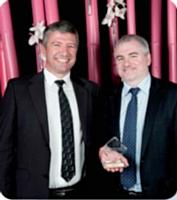 Christophe Garinet (à droite), Pénélope Agency, a remis le troisième prix du Décideur Achats 2012 à Philippe Pellegrin, STMicroelectronics.