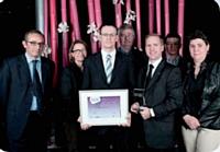 Bertrand Mabille (à gauche), Carlson Wagonlit Travel (CWT), a remis le Trophée d'Or à l'équipe du groupe La Poste.