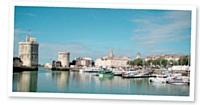 Le vieux port de La Rochelle expose ses tours Saint-Nicolas et de la Chaîne.
