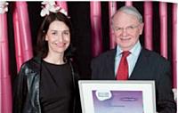 Trophée d'honneur à Jean Potage remis par Stéfanie Moge-Masson, directrice de la rédaction, Décision Achats.