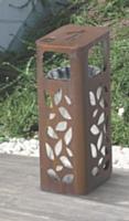 - La poubelle créée par Metalco est fabriquée en tôle d'acier. Ce type de mobilier urbain respecte les impératifs du plan «Vigipirate»: très ajouré, il empêche d'y dissimuler des éléments suspects.