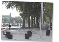 A Niort, une myriade de sièges individuels à l'aspect très contemporain ont été placés au bas de la place de la Brèche, où circulaient auparavant les voitures.