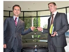 - Nicolas Wertans, président de BMW France, remet à Damien Paris, d'IBM France, les clés de la BMW 118d. Ce modèle ne rejette que 119 g de CO2/km.